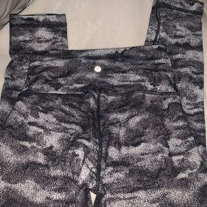 Patterned lululemon leggings size 6, fits a 4 best